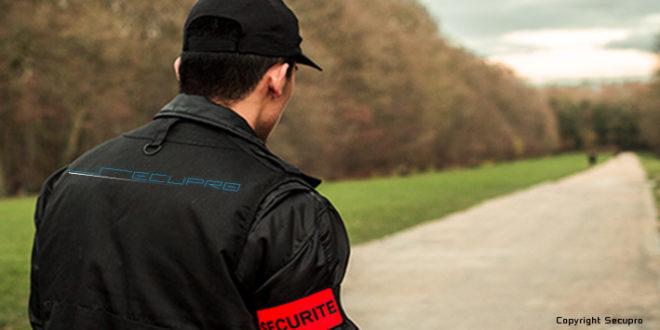 Un homme surveille le parc départemental de la Poudrerie situé à Vaujours dans le 93 en Seine-Saint-Denis lors d'une formation pour devenir agent de sécurité. Il effectue des rondes régulières à pieds.